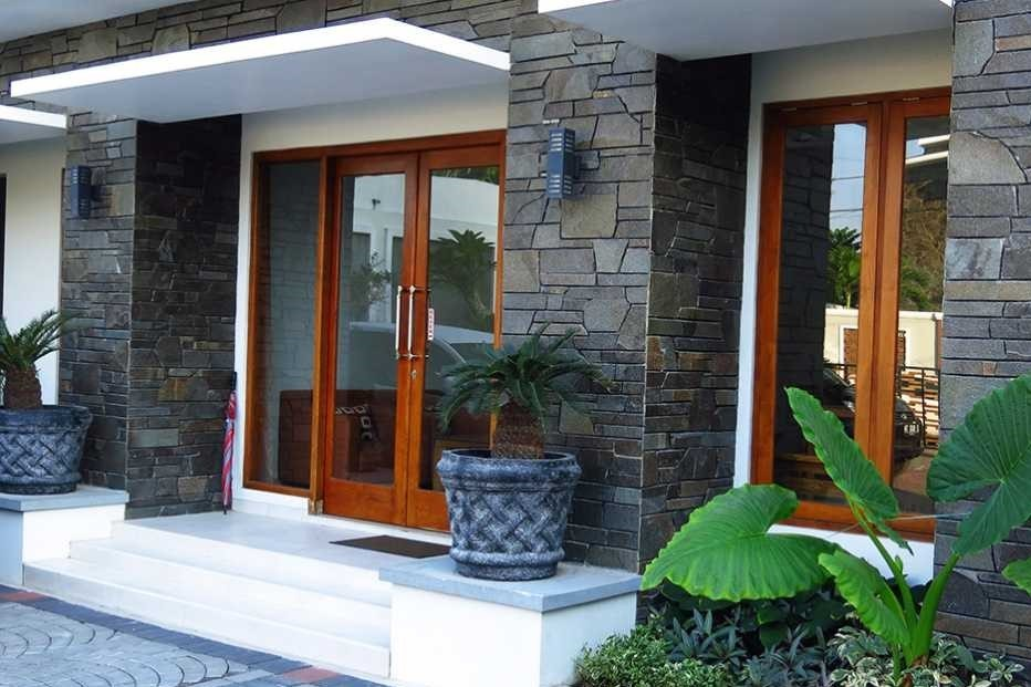 Minimalist_House_with_the_Use_of_Simple_Natural_Stone_Ornaments